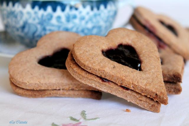 Biscotti speziati con confettura ai frutti di bosco senza glutine