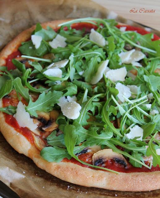 Pizza sans gluten avec champignons, roquette et écailles de parmesan - La Cassata Celiaca