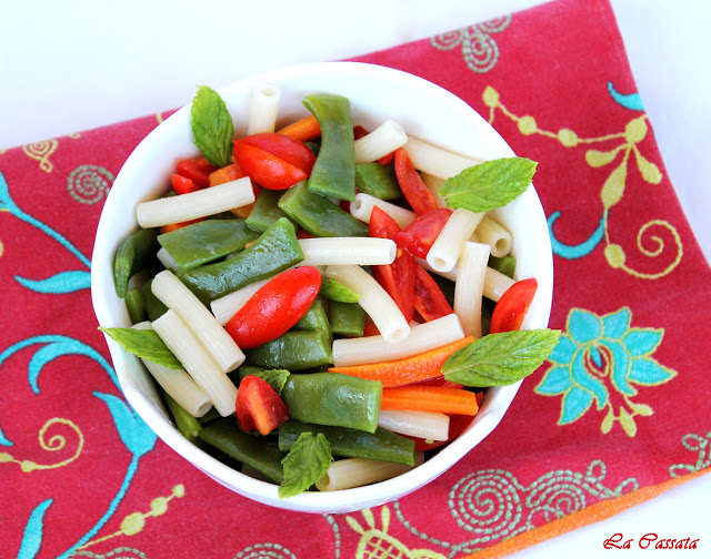 Insalata di pasta con taccole, carote e pomodorini - La Cassata Celiaca