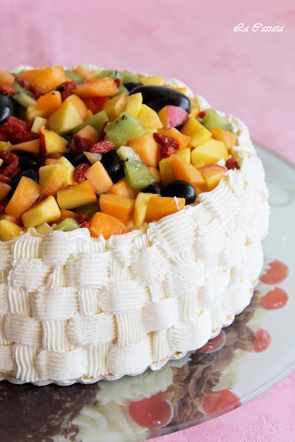 Gâteau sans gluten avec chantilly à la vanille et fruits - La Cassata Celiaca