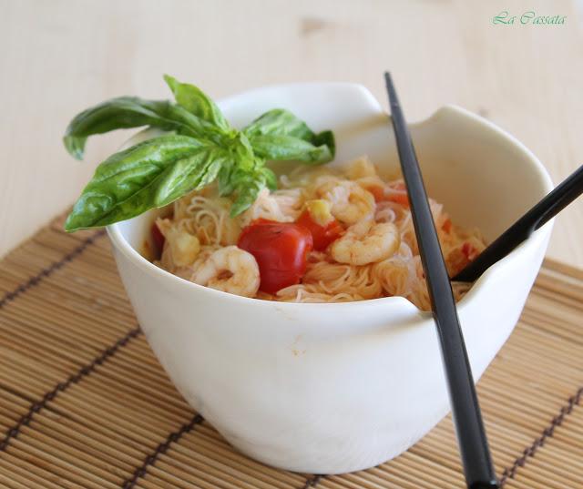 Noodles avec tomates, crevettes et cabus - La Cassata Celiaca