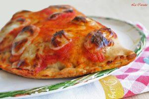 Pizza calzone con mozzarella, prosciutto e melanzane fritte senza glutine - La Cassata Celiaca