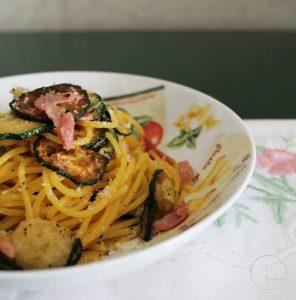 Spaghettis avec courgettes frites, bacon et caciocavallo sans gluten - La Cassata Celiaca