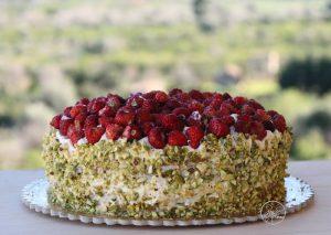 Torta al pistacchio con chantilly e fragoline - La Cassata Celiaca