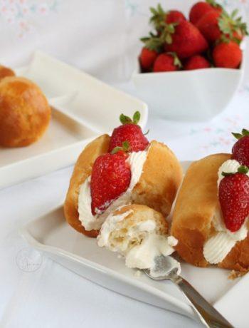 Babà au rhum avec crème fleurette et fraises - La Cassata Celiaca