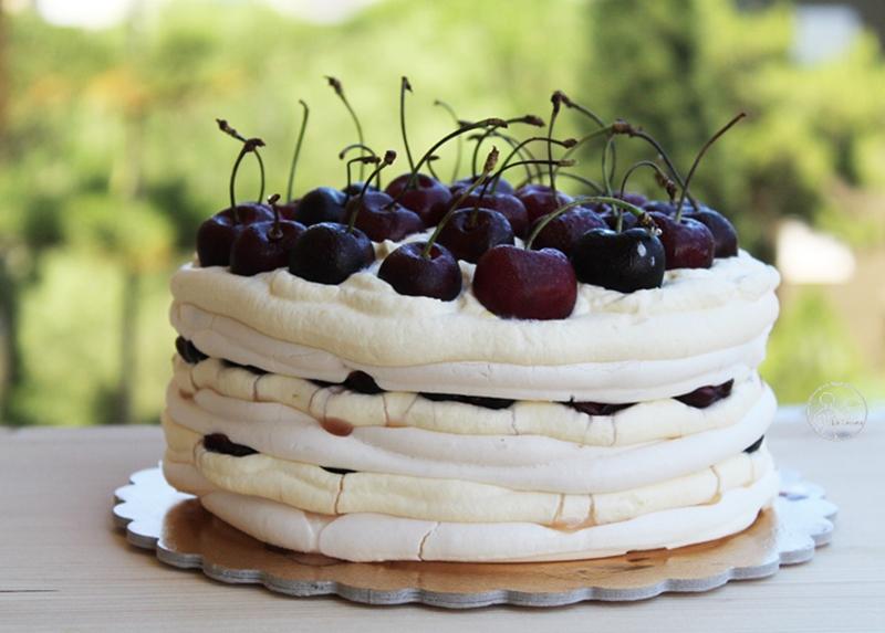 Gâteau meringué sans gluten avec chantilly et cerises- La Cassata Celiaca