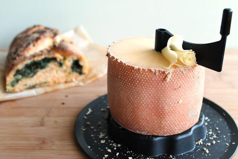 Treccia di pane alla zucca con bietole e Tête de Moine (senza glutine)