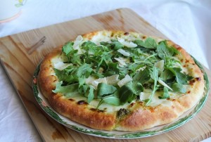 Pizza senza glutine con stracchino, pesto e rucola - La Cassata Celiaca
