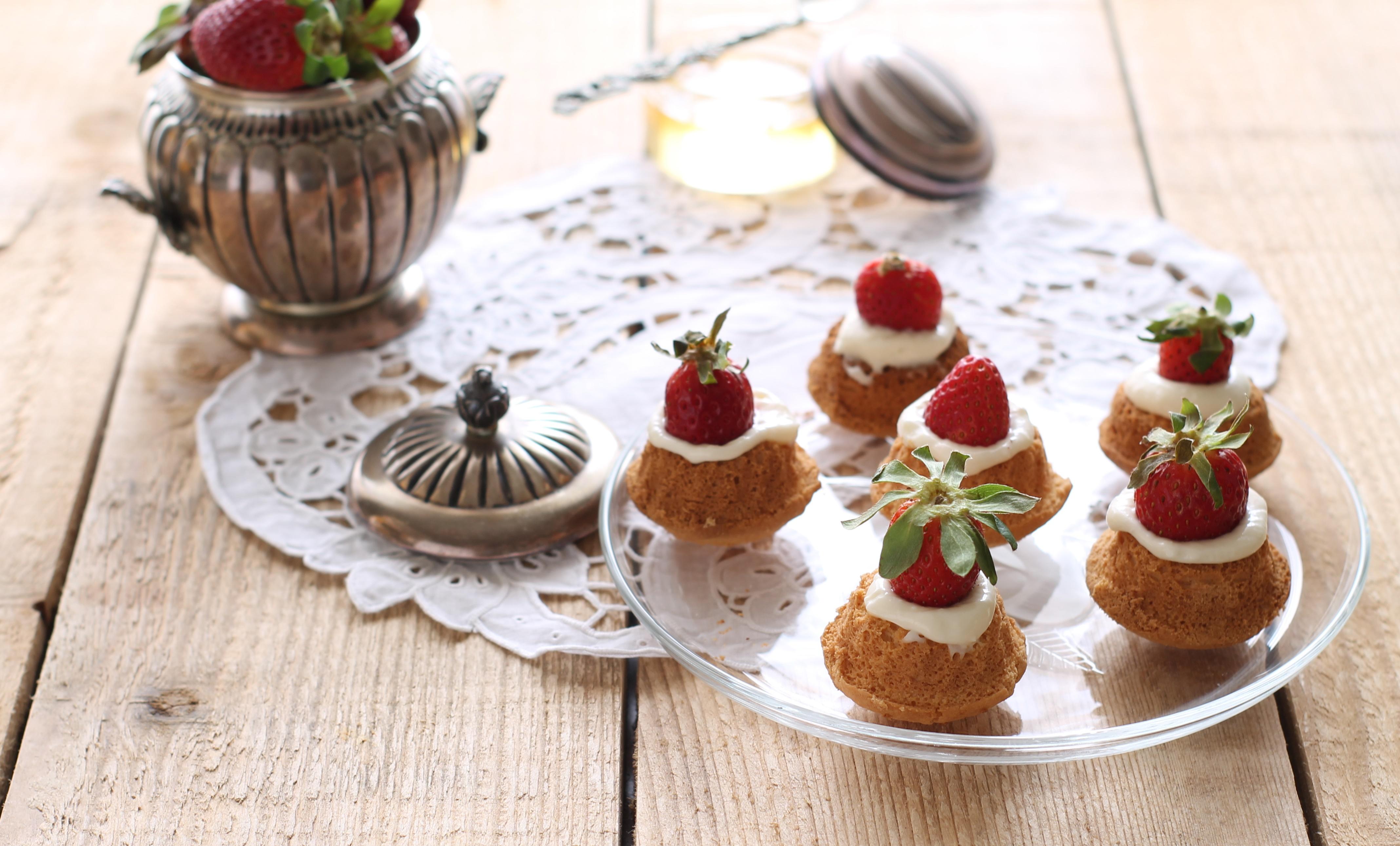 Petits fours avec crème et fraises sans gluten - La Cassata Celiaca