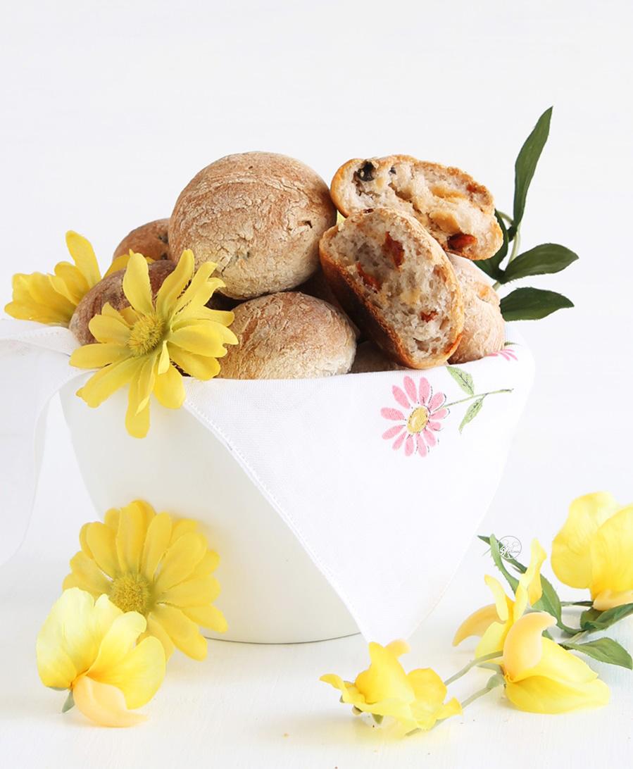 Petits pains sans gluten avec tomates confites et olives - La Cassata Celiaca