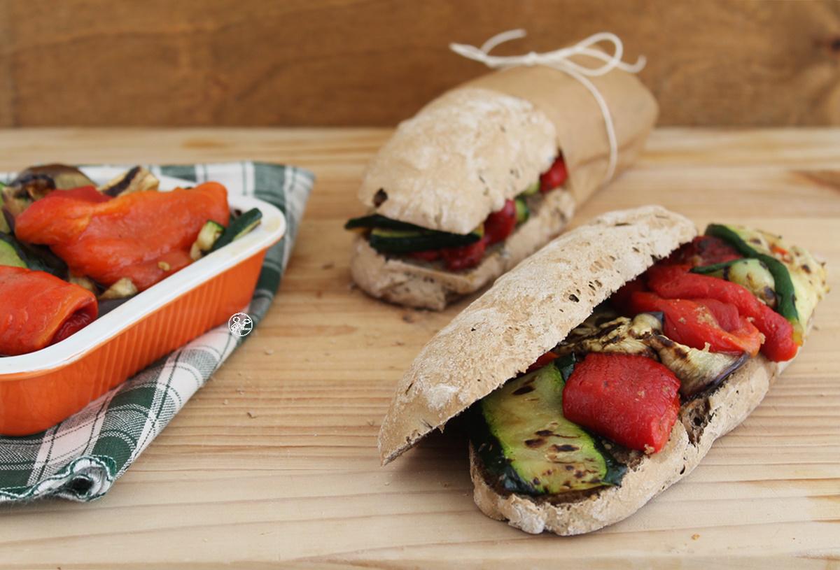 Petits pains noirs sans gluten aux légumes grillés - La Cassata Celiaca