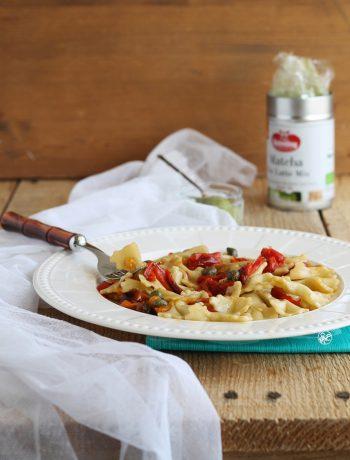 Pâtes fraîches au matcha avec poivrons, sans gluten ni lactose - La Cassata Celiaca