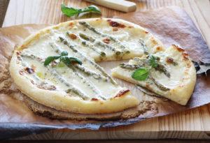 Pizza sans gluten avec stracchino et asperges - La Cassata Celiaca