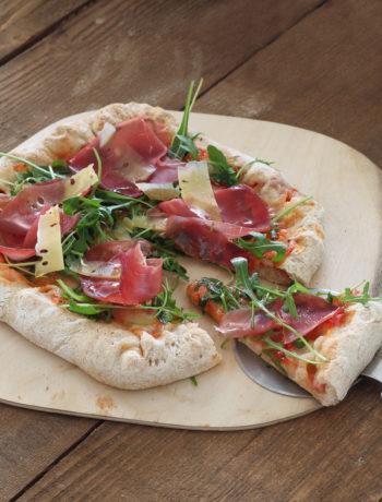 Pizza quadrata senza glutine con bordi ripieni