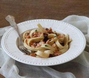 Pâtes scialatielli sans gluten avec saumon et aubergine - La Cassata Celiaca