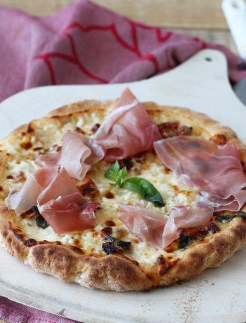 Pizza sans gluten avec stracchino et jambon cru - La Cassata Celiaca