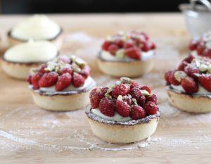 Tartelettes sans gluten avec crème et fraises de bois, la vidéo - La Cassata