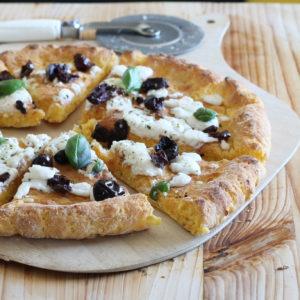 Pizza alla zucca senza glutine con caprino e olive nere - La Cassata Celiaca